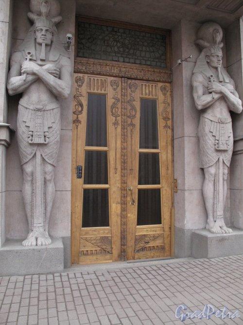 Захарьевская ул., д. 23. Доходный дом Л. И. Нежинской. Входная дверь. Фото март 2014 г.