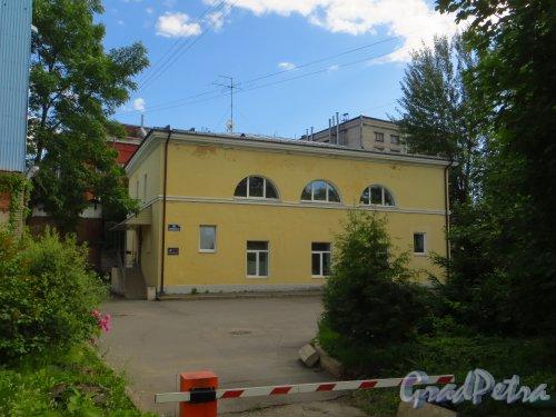 улица Одоевского, дом 10, литера Б. Общий вид здания. Фото 15 июня 2014 года.
