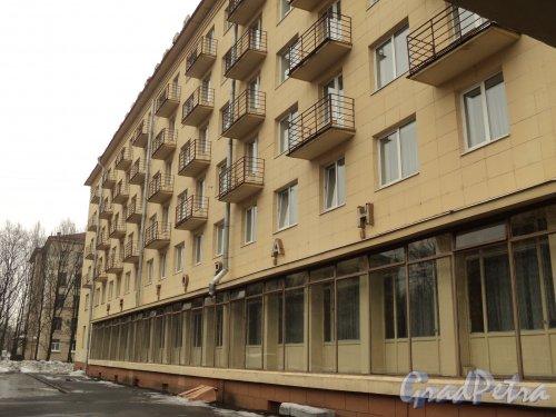 Улица Гастелло, дом 17. Фрагмент фасада здания гостиницы «Мир» со стороны улицы Гастелло. Фото 2 апреля 2010 года.