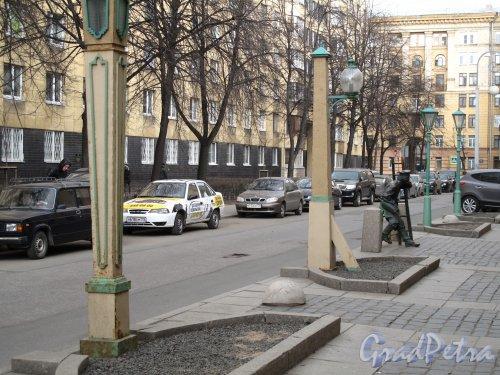 Одесская ул., д. 1. Доходный дом и бани Старчикова. Музей фонарей на придомовой территории. Фото март 2014 г.