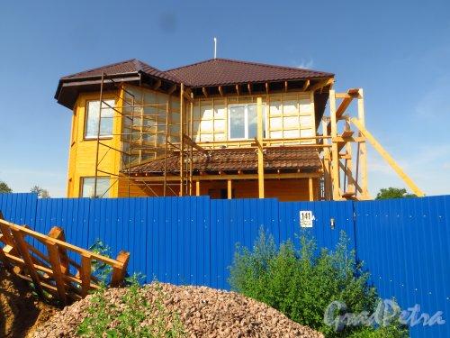 Лен. обл., Гатчинский р-н, Антропшинская улица, дом 141. Строительство нового жилого дома на участке. Фото 29 июня 2014 года.