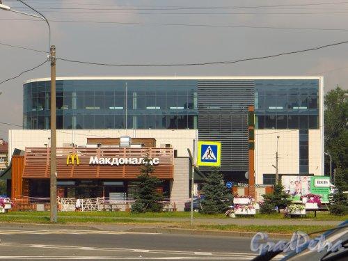 Народная улица, дом 4. Новый торговый центр на месте кинотеатра. Фото 30 июля 2014 года.