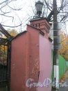 Посёлок Стрельна, Фронтовая ул., дом 2, корпус 2. Фрагмент ворот здания. Фото 14 октября 2014 г.