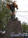 Ломоносова ул. (Парголово), д. 17. Музей Восстания машин. Рекламная скульптура у входа. Фото май 2014 г.