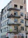 Коммунистическая улица, дом 5, литера А. Балконы корпуса со стороны Петровского дока. Фото 5 января 2015 года.