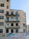 Коммунистическая улица, дом 5, литера А. Фрагмент фасада корпуса жилого дома со стороны Петровского дока. Фото 5 января 2015 года.