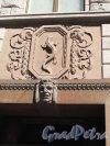 Гороховая ул., д. 4. Доходный дом страхового общества «Саламандра». Декоративная вставка с символом общества. Фото апрель 2014 г.