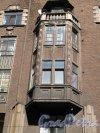 Выборг, Крепостная ул., 32. Жилое здание с магазинами в стиле северного модерна. Фрагмент фасада, эркер. Фото апрель 2014 г.