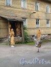 город Выборг, Комсомольская ул., д. 16.жилой дом. Фрагмент фасада и Двор скульптур. Фото июнь 2014 г.