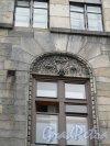 Г. Выборг, ул. Северный Вал, дом 19. Дом жилой Теслевых. Левая часть (построечный номер 21). Оформление окна. Фото июнь 2014 г.