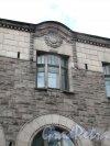 Г. Выборг, ул. Северный Вал, д. 7. Торговый дом Хакман и Ко. Оформление фронтона. Фото июнь 2014 г.
