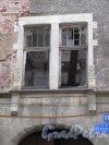 Г. Выборг, Крепостная ул., д. 11. Жилой дом «Домус» (Дом книготорговца В. Говинга),1903-04. Отделка оформления окна бельэтажа. Фото июнь 2014 г