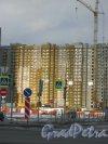 Строительство жилого комплекса «Южная Акватория». Корпуса на пересечение улицы Маршала Казакова с проспектом Героев. Вид с Ленинского пр. на фрагмент строящегося здания. Фото 29 декабря 2015 г.
