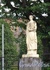 Г. Выборг, Крепостная ул. Въезд со стороны Крепостного моста. Декоративная статуя «Промышленность». Фото июнь 2014 г.
