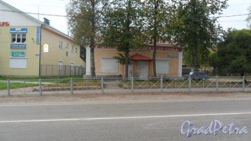 """Поселок Рощино,железнодорожная улица, дом 61. Магазин """"Доступные товары для всей семьи"""". Фото 15 сентября 2014 года."""