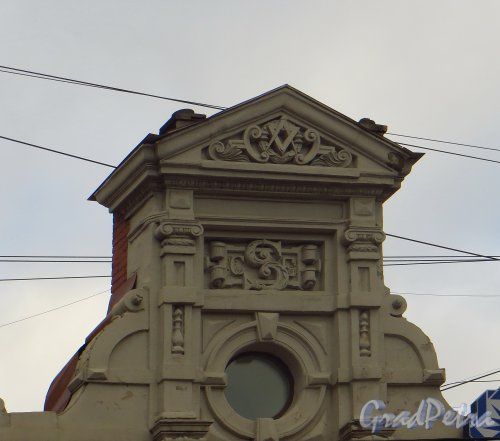 улица Марата, дом 63. Верхняя часть особняка. Фото 22 октября 2014 года.