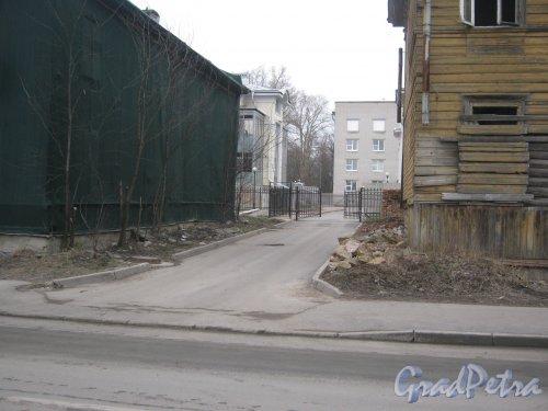 г. Павловск, Госпитальная ул., дом 9. Въезд во двор с ул. 1-го Мая. Фото 5 марта 2014 г.