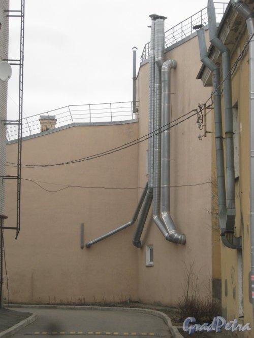г. Павловск, Конюшенная ул., дом 7. Фрагмент задней части здания. Вид с ул. 1-го Мая. Фото 5 марта 2014 г.