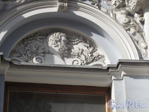 Бол. Морская ул., д. 45. Особняк В. Ф. Гагариной. Навершие окна. Фото апрель 2014 г.