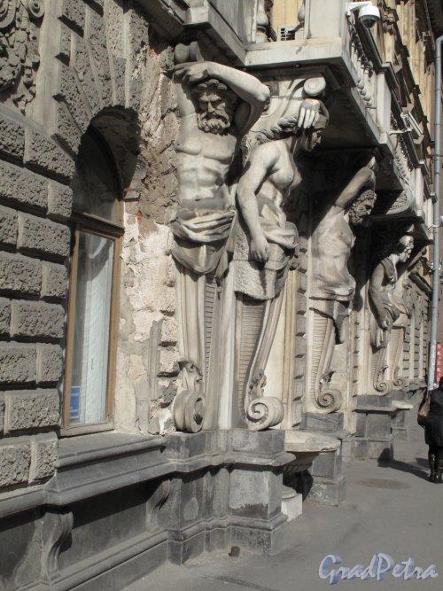 Бол. Морская ул., д. 43. Особняк П. Н. Демидова. Общий вид входа. Фото апрель 2014 г.