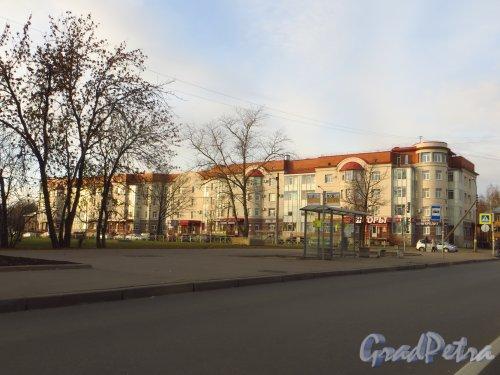 Город Колпино, улица Ремизова, дом 3. Общий вид жилого дома с Тверской улицы. Фото 25 октября 2014 года.