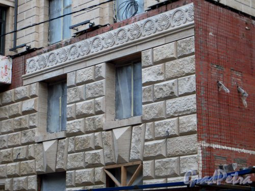 Улица Победы, дом 5. Установка облицовка первых этажей жилого дома. Фото 23 октября 2014 года.