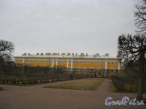 г. Петергоф, Разводная ул., дом 2. Общий вид со стороны Верхнего сада на фрагмент здания,расположенный на Разводной ул. Фото 27 марта 2014 г.