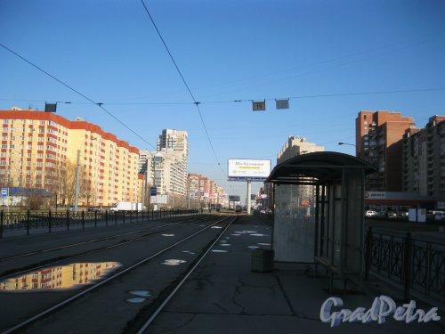 Ул. Савушкина. Перспектива от трамвайной остановки «Лахтинский Разлив» в сторону Яхтенной ул. Фото 7 апреля 2014 года.