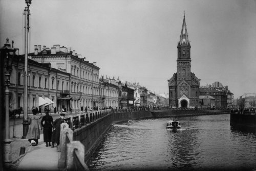 Комплекс зданий «Отделения почтовых карет и брик» (слева) и вид на здание Реформатской церкви. Фото конца XIX века.