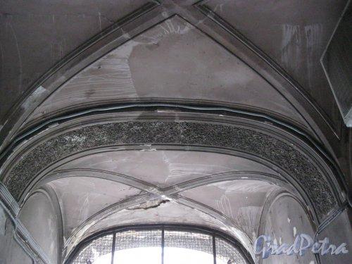 Ул. Восстания, дом 25 (Солдатский пер., дом 2). Фрагмент потолка внутри арки. Фото 18 ноября 2014 г.