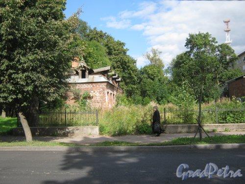 Лен. обл., Гатчинский р-н, г. Гатчина, ул. Чкалова, дом 49. Вид с чётной стороны улицы на остатки строений. Фото август 2013 г.