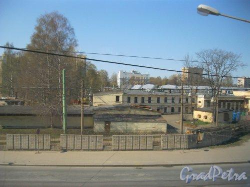 Сердобольская ул., дом 2г, литера Д. Фрагмент территории трамвайного парка. Вид из проезжающей мимо электрички. Фото 22 апреля 2014 г.