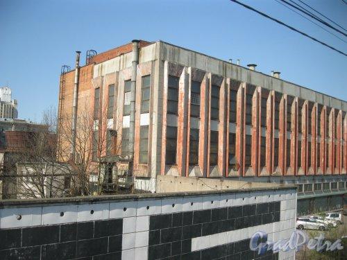 Кантемировская ул., дом 11, литера Н. Вид из проезжающей мимо электрички. Фото 22 апреля 2014 г.