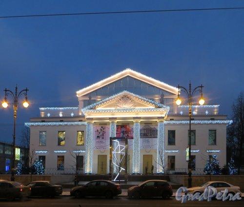 Потёмкинская улица, дом 4. Здание открытого после реконструкции культурного центра «Ленинград» в новогоднем оформление. Фото 24 декабря 2014 года.
