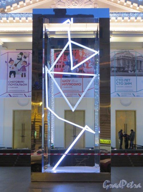 Потёмкинская улица, дом 4. Зеркальный параллелепипед перед культурным центром «Ленинград» («Новогодняя ёлка»). Фото 24 декабря 2014 года.