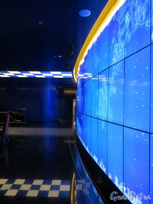 Потёмкинская улица, дом 4. Мультимедийная стена в вестибюле первого этажа культурного центра «Ленинград». Фото 24 декабря 2014 года.