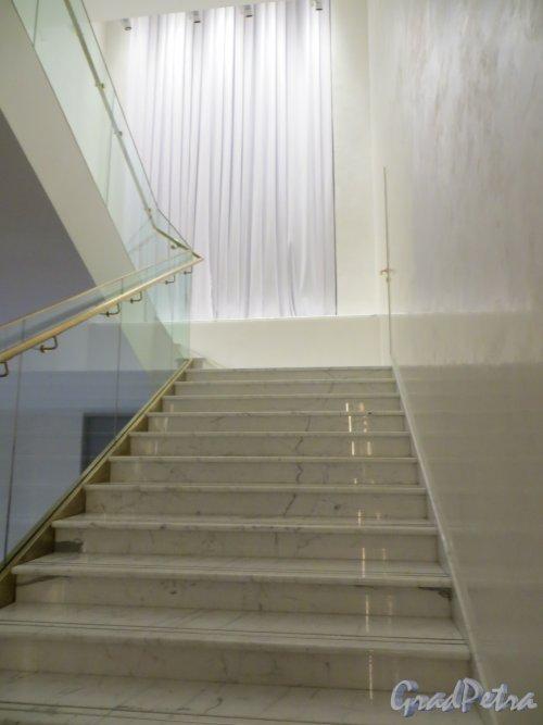 Потёмкинская улица, дом 4. Лестница из белого мрамора в культурном центре «Ленинград». Фото 24 декабря 2014 года.