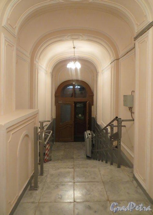 Улица Чайковского, дом 24. Отреставрированный вход в Многофункциональный центр Центрального района. Фото 24 декабря 2014 года.