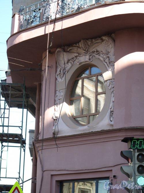ул. Восстания, д. 19, Доходный дом П. Т. Бадаева. Оформление окна углового фасада, Фото апрель 2014 г.
