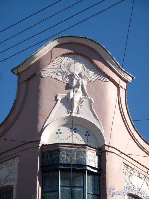 ул. Восстания, д. 19, Доходный дом П. Т. Бадаева. Фронтон углового фасада с ангелом после реставрации. Фото апрель 2014 г.