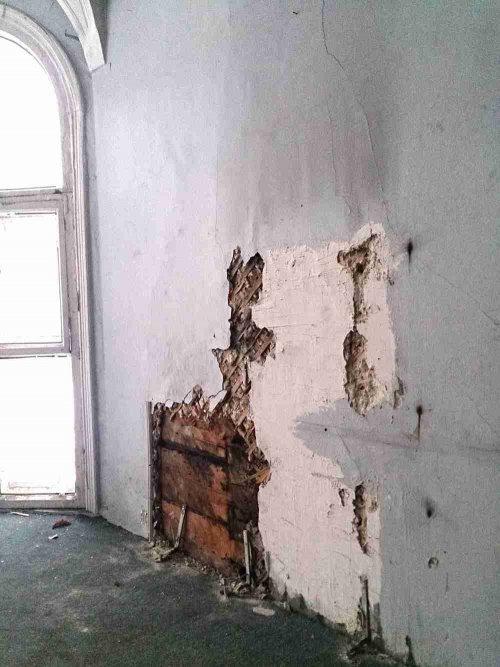 Улица Академика Павлова, дом 13. Состояние внутренних стен дачи Громова. Фото 2015 года.