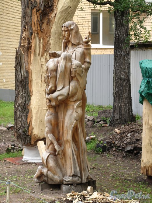 город Выборг, Комсомольская ул., д. 16. Двор скульптур. Фото июнь 2014 г.