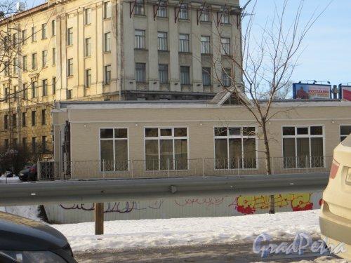 улица Академика Крылова, дом 3. Фасад торговых павильонов со стороны набережной Чёрной речки. Фото 11 февраля 2015 года.