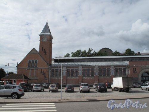 Г. Выборг, ул. Северный Вал, д. 2. Крытый рынок. Фрагмент бокового фасада со стороны ул. Северный Вал. Фото Июнь 2014 г.