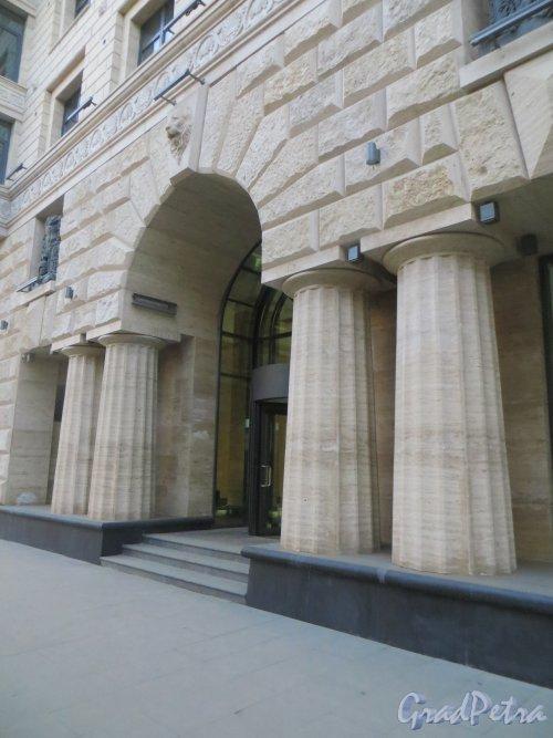 Улица Победы, дом 5. Парадный вход в жилой дом «Победы, 5». Фото 18 марта 2015 года.