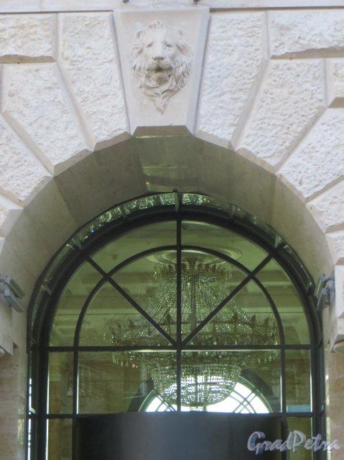 Улица Победы, дом 5. Люстра из ДК «Первой Пятилетки» в фойе жилого дома «Победы, 5». Фото 18 марта 2015 года.