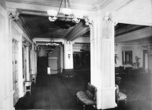 Караванная ул., дом 12. Галерея фойе кинотеатра «Сплендид-Палас». Фото начала XX века.