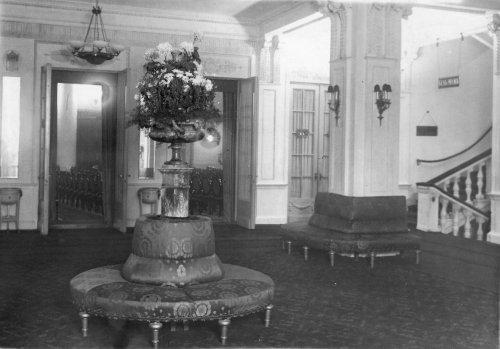 Караванная ул., дом 12. Нижнее фойе кинотеатра «Сплендид-Палас». Фото начала XX века.