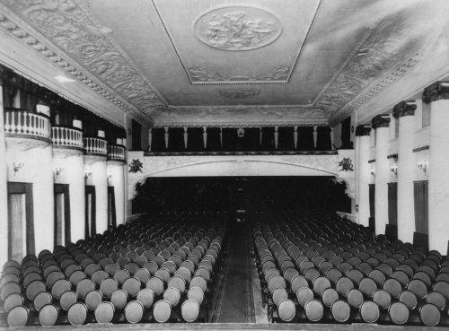 Караванная ул., дом 12. Вид зала кинотеатра «Сплендид-Палас» со стороны экрана. Фото начала XX века.