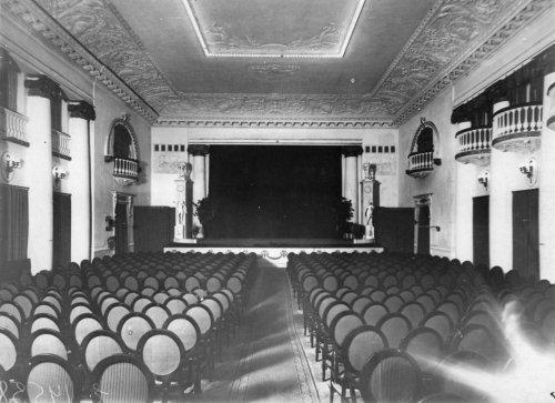 Караванная ул., дом 12. Вид зрительного зала кинотеатра «Сплендид-Палас». Фото начала XX века.